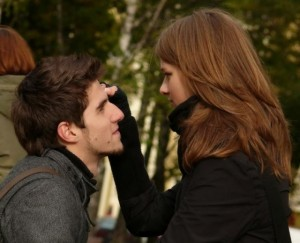 Любящая пара смотрят в глаза друг другу