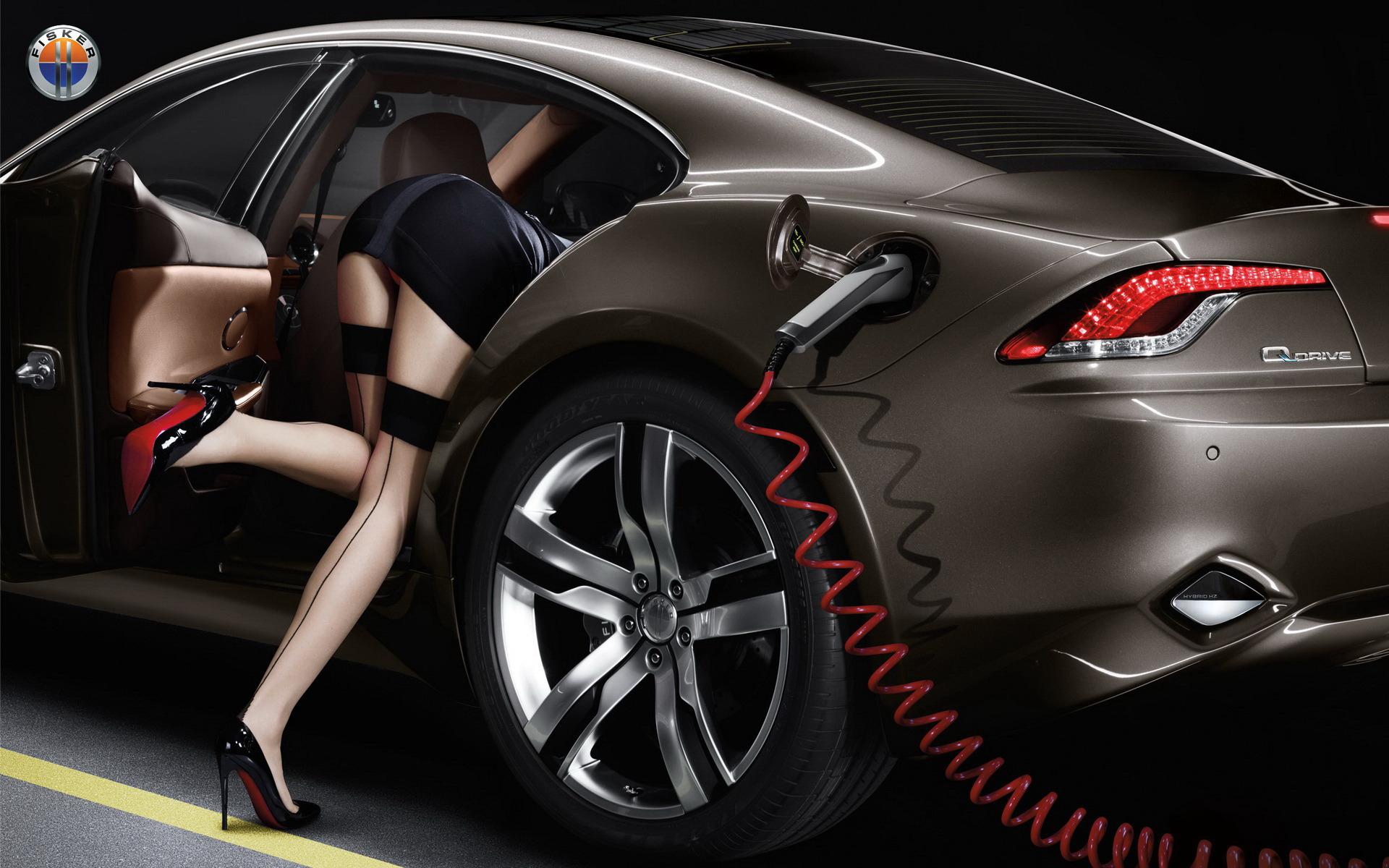 Сексуальная брюнетка на шпильке за рулем автомобиля 12 фотография
